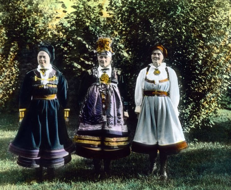 Trachten aus Setesdal. Three women wearing array from Setesdal, Norway. Europe, Norway, Scandinavia, travel, history, historical, 1910s, 1920s, 20th century, archive, Carl Simon, , women, standing, pose, posing, trees, garden, summer, sun, shadow, hand coloured glass slide