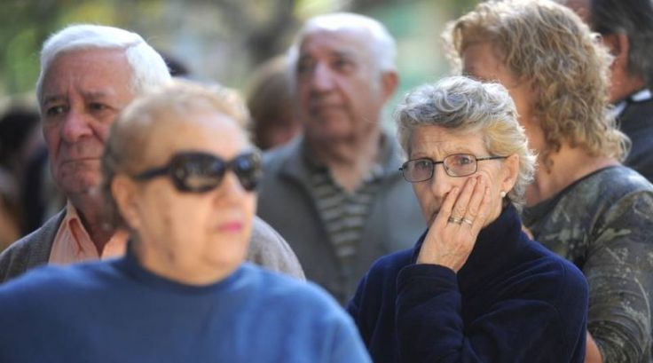 Tan solo menos de dos horas después de anunciar que las jubilaciones, pensiones y prestaciones sociales aumentaban, por aplicación de la ley de movilidad, a partir de marzo un 12,65%, en el Gobierno estaban discutiendo en estas horas si dar marcha atrás o no con el anuncio.   #ASIGNACIONES FAMILIARES #JUBILACIONES #TOPES