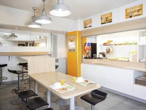 hotelF1 Cergy Pontoise Saint Martin Pontoise hotelF1 Cergy Pontoise Saint Martin is located in Pontoise, 29 km from Paris and 27 km from Versailles.  The rooms have a shared bathroom.  You will find a 24-hour front desk at the property.