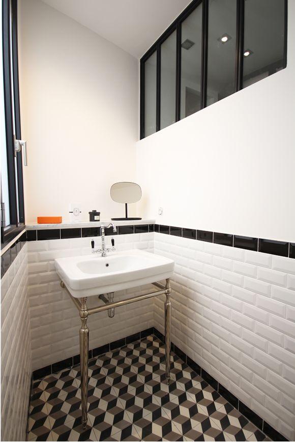 salle d'eau rétro, carrelage métro et tablette en marbre de pâtissier.