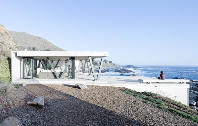 Chile Vacation Home Utilizes Angled Support Columns To Add To Aesthetics And Preserve The Views | Decor Advisor