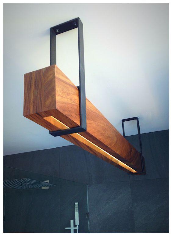 Tolle Holzbalken mit LED-Beleuchtung und Metallleuchten, perfekt in Küche oder Esszimmer.