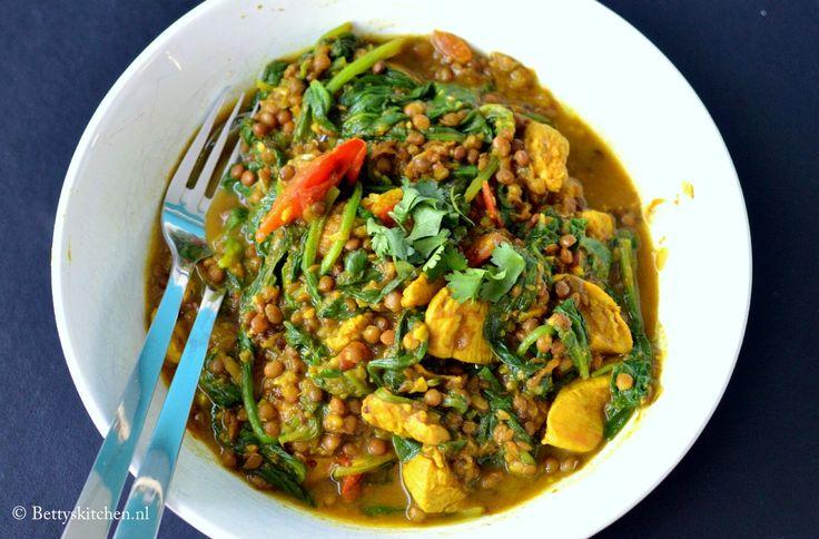 Deze Indiase Kip Kerrie met Madras kruiden warmt je heerlijk op, op een koude regenachtige dag. Serveer met gekookte witte rijst, of kook wat linzen mee.