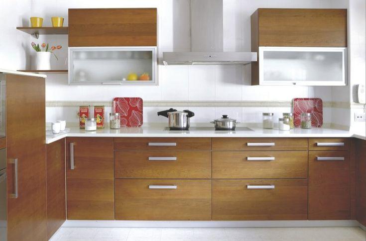 Una cocina en madera y blanco