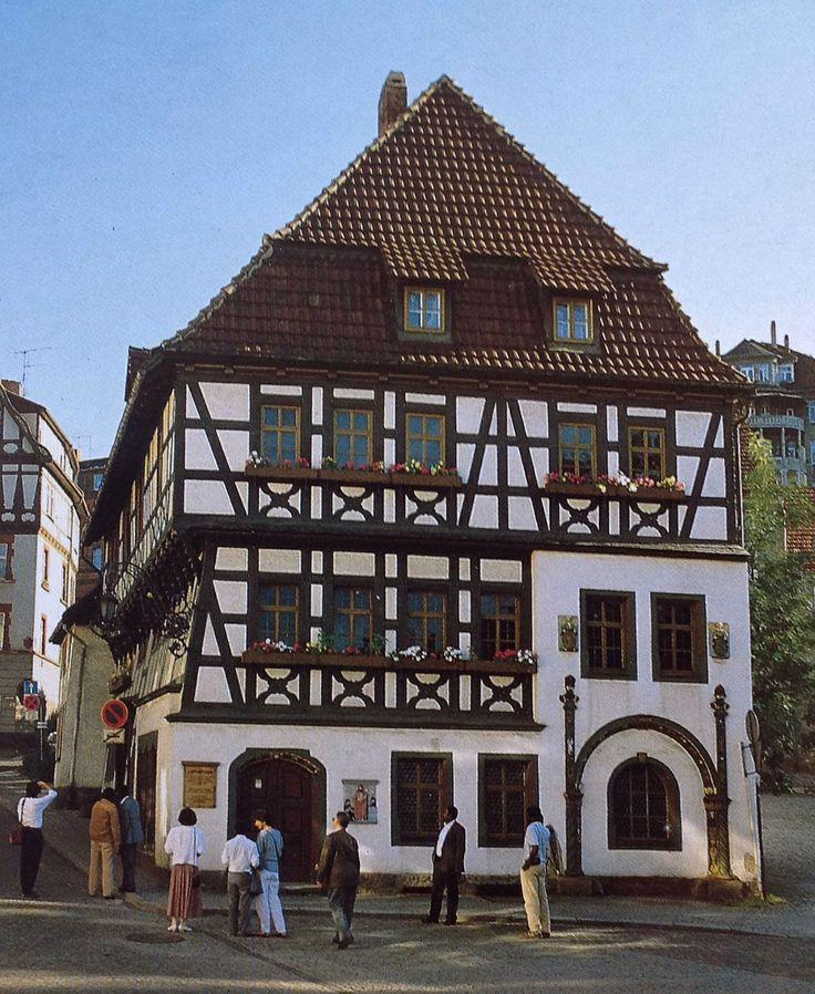 Het Lutherhaus. Hier woonde Luther tijdens zijn schooltijd van 1498-1501. Het is een van de oudste vakwerkhuizen van Eisenach. (1995)