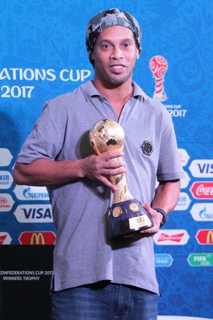 Ronaldinho carta Messi trofeo