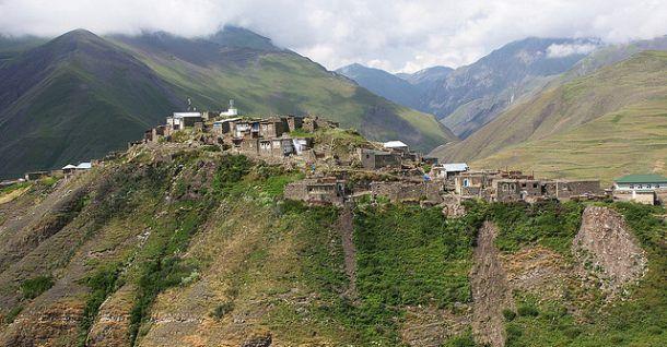 najviac izolované a najviac hornatý obec Khinalug v severnej časti krajiny. To bolo kedysi centrom zoroastrianizma - monoteistické náboženstvo založené na boj medzi dobrom a zlom, a ktorých rámy stanovených Zarathustra.