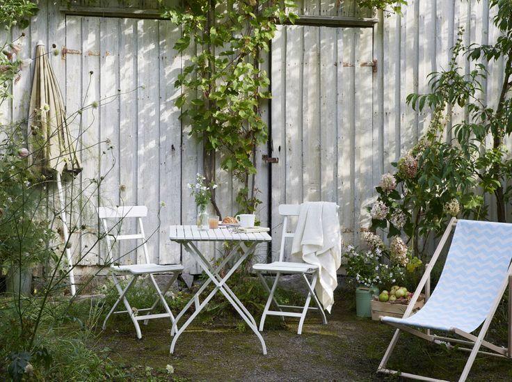 Tavolo pieghevole e sedie da giardino in legno massiccio verniciato bianco e acciaio – IKEA