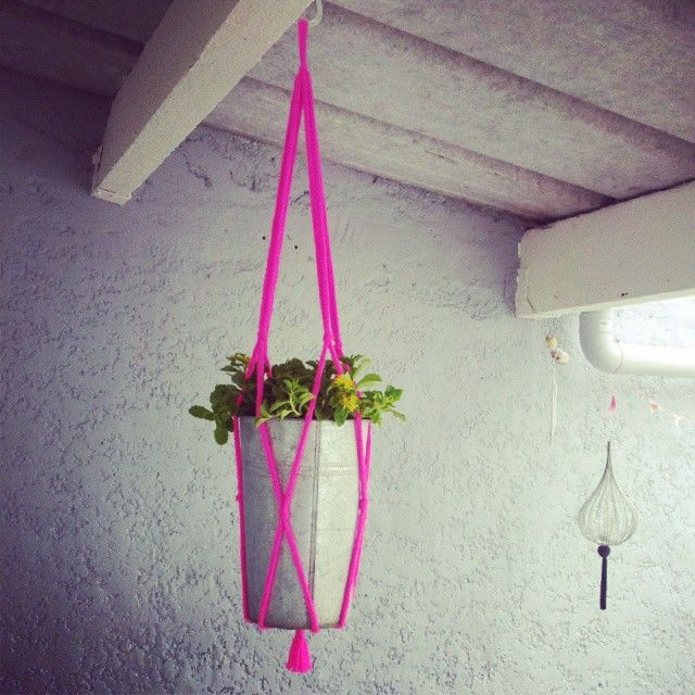 Pot de fleurs en suspension, fait! #pot #plante #suspension #tricotin #laine #fluo #faitmain #homemade #décoration