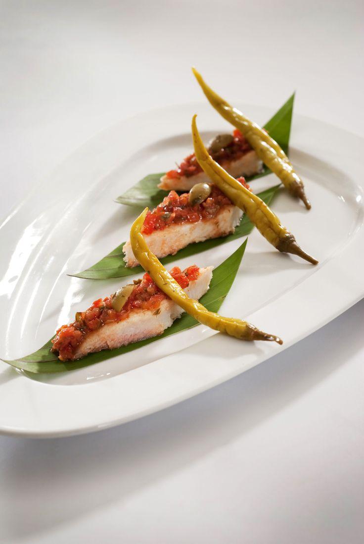 Deliciosa receta de pescado a la veracruzana preparado con jitomates, chiles, cebolla y aceitunas.