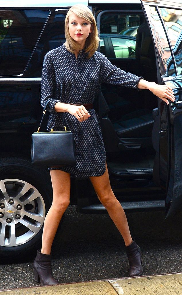 Taylor Swift's got a case of the blues in this chic look!