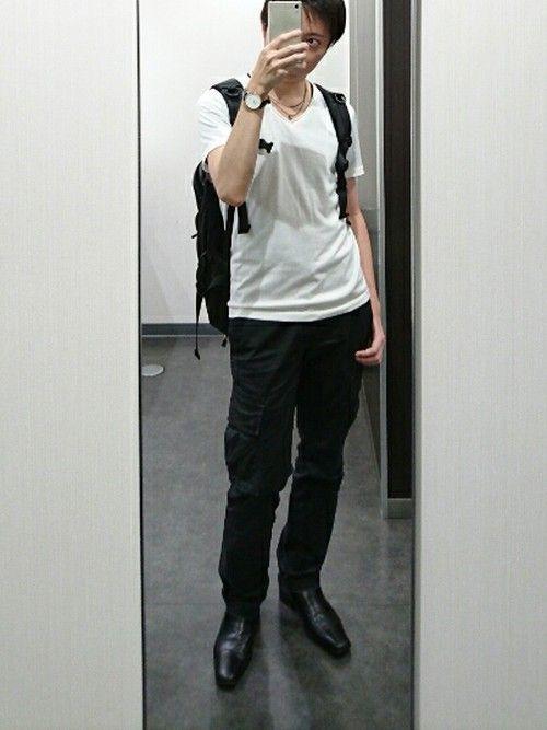 黒のカーゴパンツにタイトな白TシャツでAライン。 これに黒の革靴を合わせてキレイ目アップ。 これだけ