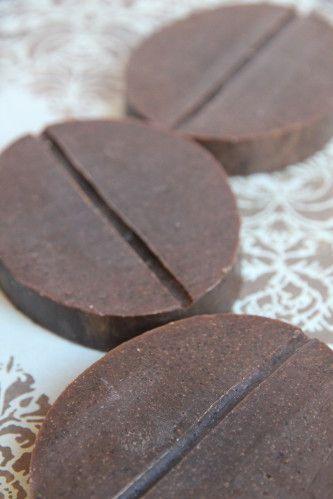 SAVON CAFE EPICE RECETTE HUILES (pour 1 kilo) 270 g huile de palme 310 g huile de coco 420 g huile de tournesol NAOH 320 g café fort congelé (désodorisant) (à calculer) g soude caustique en granulés (surgraissage 9%) AJOUTS 30 g macérat huileux de café...