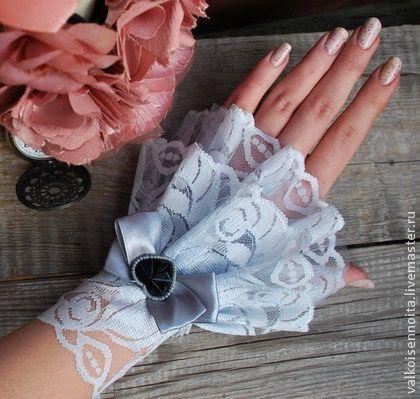 Кружевные манжеты ` Лили`. Манжеты из кружева и вуалевой сетки  серо-голубого цвета,с черными сердечками; на шнуровке.
