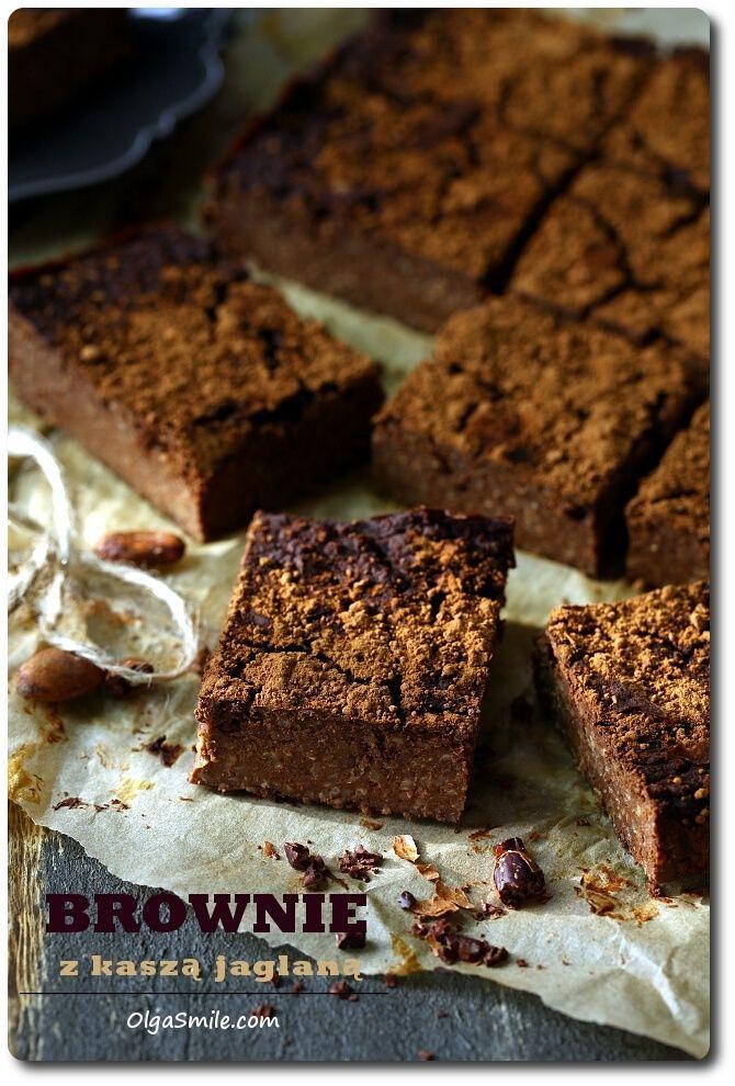 Brownie z kaszą jaglaną jest u nas w domu alternatywą dla niezdrowych wypieków. Bezglutenowe, przygotowane bez dodatku masła, margaryny czy oleju, bez jajek i rafinowanego cukru, jedynie z kaszą jaglaną, suszonymi owocami, orzechami, no i