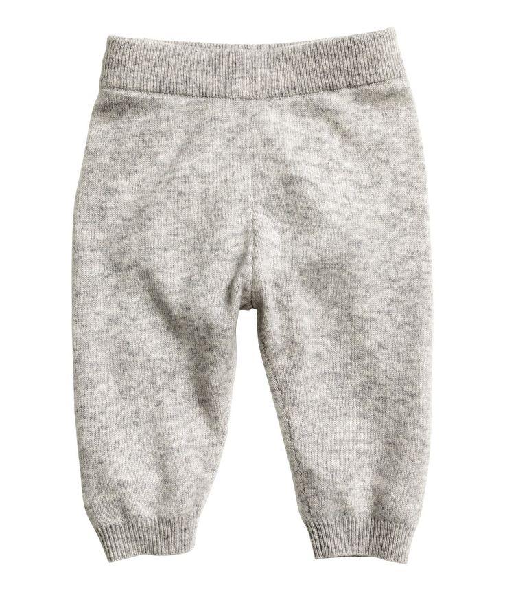 Grijs gemêleerd. BABY EXCLUSIVE/PREMIUM QUALITY. Een fijngebreide broek van zacht kasjmier. De broek heeft elastiek in de taille en een ribgebreide boord