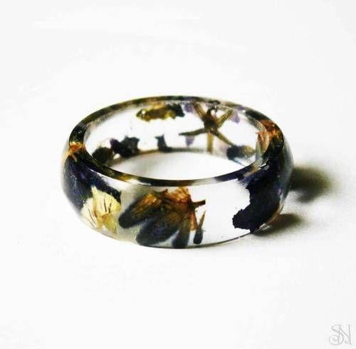 Jemný živicový prsteň s rôznymi fialovými kvetmi #handmade #nature #prirodny #prsten #rucnapraca #sperk #kvet #zivica