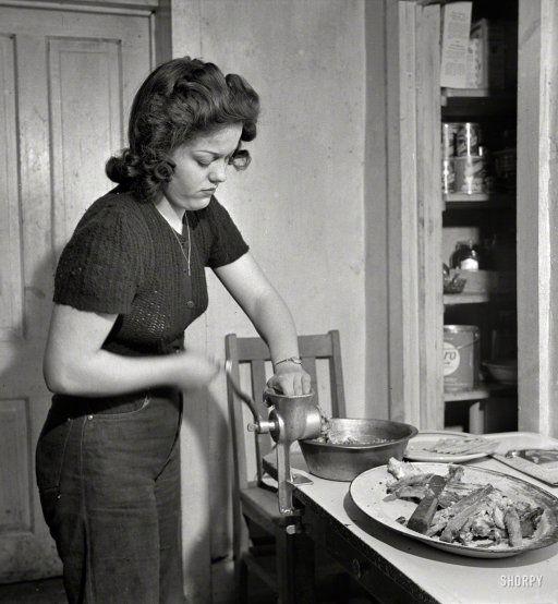 Vlees door de gehaktmolen draaien.