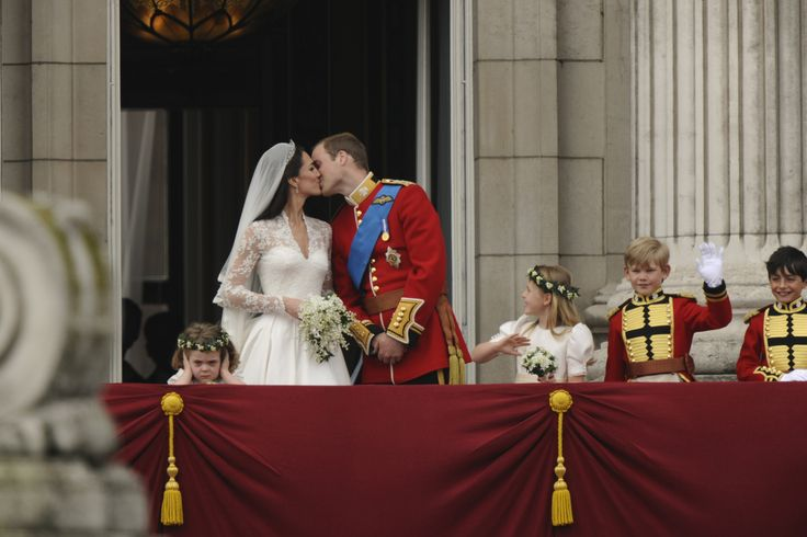 Britain's Prince William and his wife Catherine, Duchess of Cambridge kiss on the balcony at Buckingham Palace, watched by bridemaids Grace van Cutsem (L) and Margarita Armstrong-Jones and pageboy Tom Pettifer, after their wedding in Westminster Abbey, in central London April 29, 2011. Prince William married his fiancee, Kate Middleton, in Westminster Abbey on Friday   (ROYAL WEDDING/ BALCONY)          REUTERS/Dylan Martinez (BRITAIN  - Tags: ROYALS ENTERTAINMENT SOCIETY) BEST QUALITY…