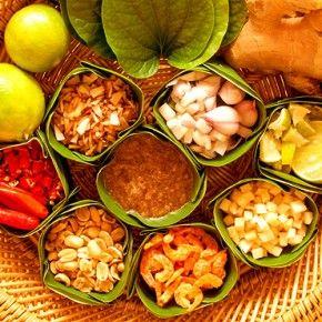 Тайланската кухня, която е смес на вкусове черпи от традициите на китайската и индийската кухня.
