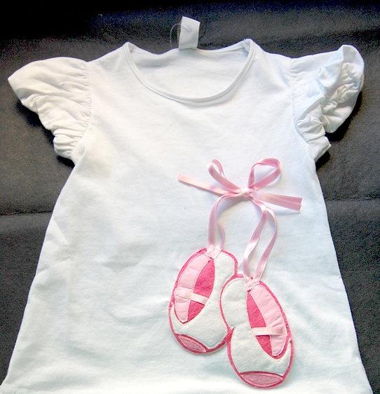 $33 1/1    Camiseta Zapatillas de Ballet    Camiseta decorada con unas zapatillas de ballet en fieltro y lazo.    Si quieres personalizarla con el nombre solo tienes que ponerte previamente en contacto conmigo.