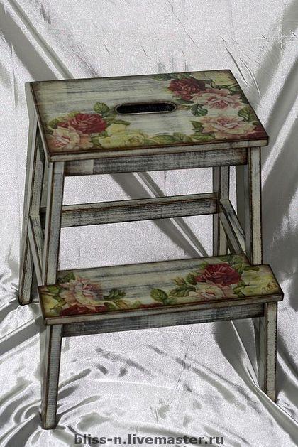 Лестница `Живые розы`. Лестничка для дома. Красивые цветы, потертости, состаренность.  Покрыта прочным лаком, стойким царапинам и воде.  Станет отличной помошницей вашему…