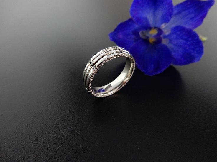 Handgemaakte witgouden ring met witte en zwarte diamanten. In opdracht vervaardigd.