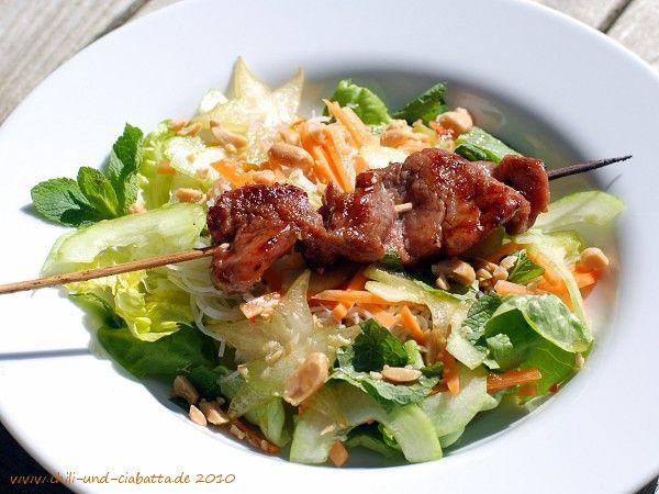 Schweinespieße in Zitronengras-Kaffirlimetten-Marinade auf Reis-Vermicelli mit frischem Gemüse