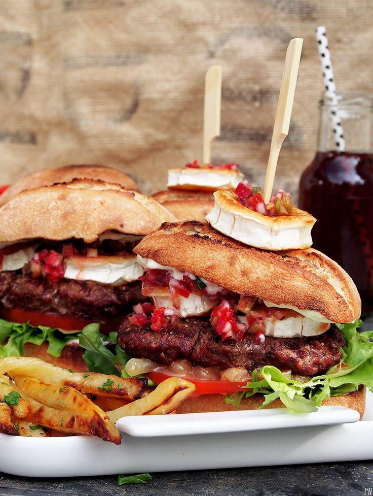 Kaakao kermavaahdolla: Vuohenjuustoburgerit grillissä neljälle, naudanlihapihvit ja raparperisalsa #kruoka #kesä #grillaus