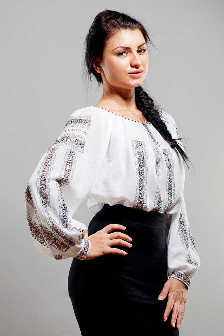 Ie românească cu mânecă lungă, brodată manual pe panză topită ( pânză subțire din bumbac 100%) cu fir bumbac și decorată cu paiete.