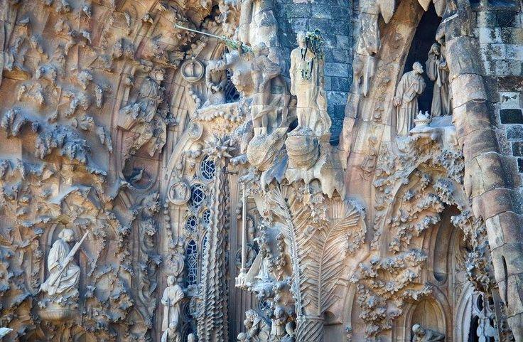 Πρόσοψη της Γέννησης.Πρόκειται για το πιο πλήρες τμήμα της εκκλησίας του Γκαουντί,που ολοκληρώθηκε το 1904.Οι πόρτες συμβολίζουν την Πίστη,την Ελπίδα και τη Φιλανθρωπία.Οι σκηνές από τη γέννηση και την παιδική ηλικία του Χριστού ενισχύονται με συμβολικά στοιχεία,όπως τα λευκά περιστέρια που αντιπροσωπεύουν το εκκλησίασμα.