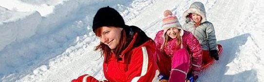 Gezinsvakanties, sneeuwpret  Wintersport met je kinderen is de ultieme gezinsvakantie. Samen sneeuwballen gooien, een sneeuwpop maken, sleetje rijden, sneeuwwandelen of misschien wel leren skiën. Met je familie op wintersport met SNP Travelkids betekent pure en natuurlijke sneeuwpret. Kindvriendelijke en kleinschalige verblijfplaatsen buiten de drukke skioorden.