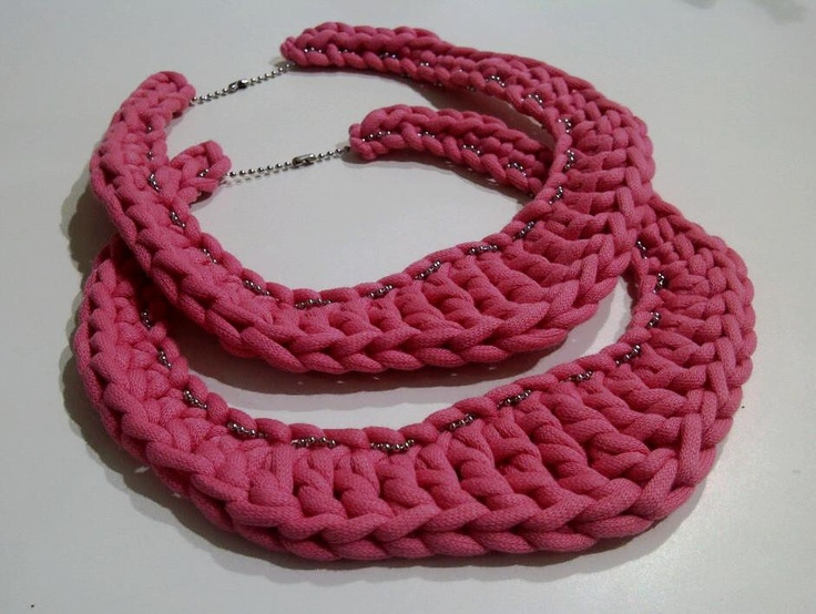 Collar... ¿de trapillo?  How about a t-shirt yarn necklace?