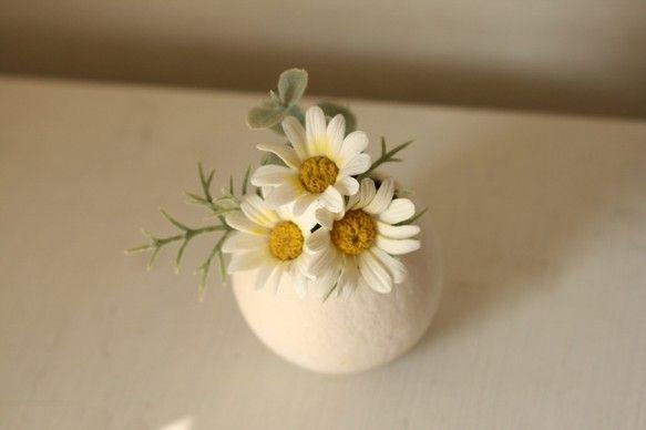 サイズ 6㎝円形 高さ9㎝小さなマーガレットをナチュラルな花器にアレンジ。花器は、木のみをくりぬいたようなもの。お花のみクレイでできております。 ハンドメイド、手作り、手仕事品の通販・販売・購入ならCreema。