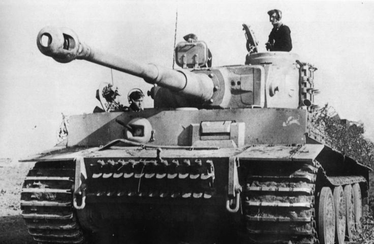Танкисты в танке «Тигр» (Pz. Kpfw. VI Ausf. E «Tiger») № 214 505-го тяжелого танкового батальона (Schwere Panzer-Abteilung 505) вермахта в ходе операции «Цитадель». На бортах корпуса, на специальных пластинах, закреплена колючая проволока, служившая защитой от вражеской пехоты, поднимающейся на борта. На лобовом бронелисте видна первоначальная эмблема батальона в виде быка.