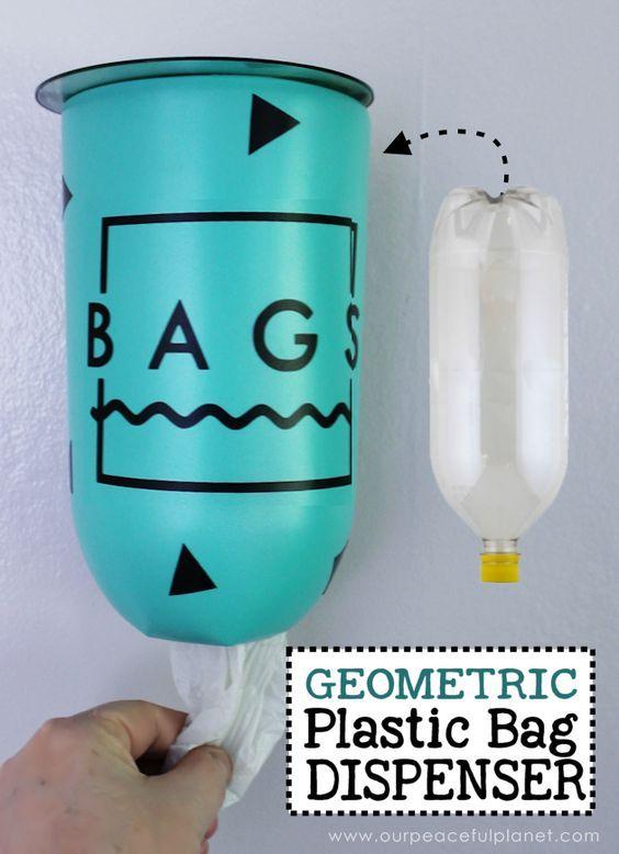 Cree este soporte de la bolsa de plástico mediados de siglo geométrico moderno o confeti de una botella de plástico de 2 litros y DVD. Una maravillosa upcycle que cualquiera puede hacerlo!