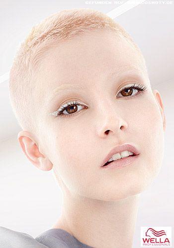 Superkurzer Pixie in Blond von Pastellfarben durchwirkt - 2015 Frisuren-Bilder - COSMOTY.de