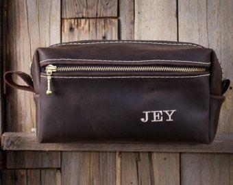 Nota: Este listado está para un bolso ***  Este bolso es muy elegante con tonos Borgoña profundo marrón y ricos y compartimientos de la cremallera doble.   ---Guía de regalo de cuero final--- 1) práctico--CHECK 2) indestructible – comprobar 3) Varonil Color & textura – comprobar 4) personalizado, compruebe 5) aroma superiores a olor a coche nuevo: triple Compruebe 6) GARANTIA-Super cheque!! ---Sí, leer #6 derecho y todos mis artículos vienen con una vida arreglar o sustituir la garantía  ...