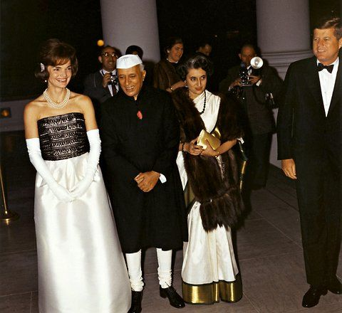 1961. 7 Novembre. Par Cecil. W. STOUGHTON. Jacqueline Kennedy, Prime Minister Jawaharlal Nehru, Indira Gandhi and President John F. Kennedy arrive at the White House for a private dinner. By Robert Knudsen