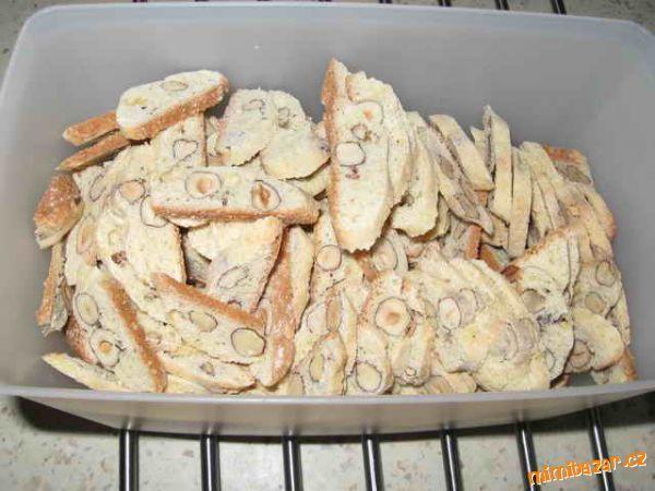 Lískové plátky 2 balíčky lískových oříšků,200g ml.cukru,280g hl.mouky,3 celá vejce  POSTUP PŘÍPRAVY  Cukr,mouku a vejce spojíme vařečkou.Nelekejte se,dost se těsto lepí.Pak přidejte dobře přebrané oříšky,promíchejte je.Těsto vyklopíte na pomoučenou podložku a rukama vytvarujete váleček.Ten rozdělíte na 5 stejných dílků.Ty vyválíte na délku plechu a přenesete.Hned po upečení krájíme zubatým nožem tenké plátky.