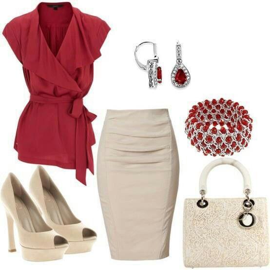 Hermosa camisa roja y falda en crema