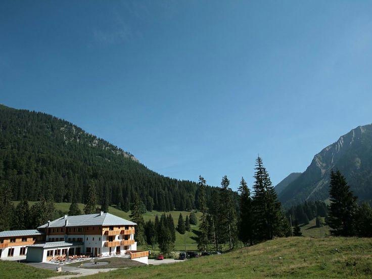 Tabara de limba germana & DRUMETII, CAIAC, MOUNTAIN BIKE // Tabara internationala de vara de limba germana pentru copii si tineri cu varsta intre 12 si 17 ani se desfasoara intr-o zona montana la 50 km sud de Munchen, pe malul unuia dintre cele mai frumoase lacuri din Alpii Germani, Spitzingsee. Este programul ideal pentru cei care indragesc sportul si miscarea in aer liber: dupa curs se fac drumetii cu GPS, se construiesc barci de rafting si uneori se doarme afara, la foc de tabara…