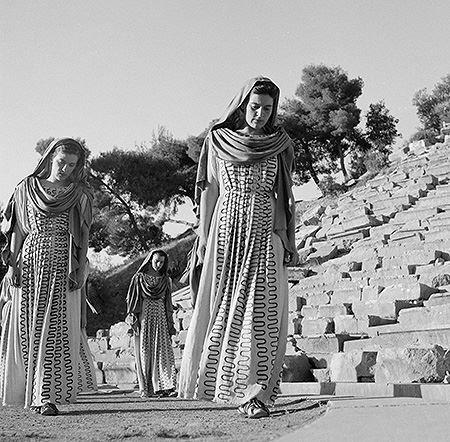 Ιππόλυτος του Ευριπίδη, Εθνικό Θέατρο. Επίδαυρος, 1954.Μαίρη Χρονοπούλου(χορός)Μάρω Κοντού(χορός)Ρεα Μιχαλοπούλου(χορός) φωτ.Δημήτρης Χαρισιάδης
