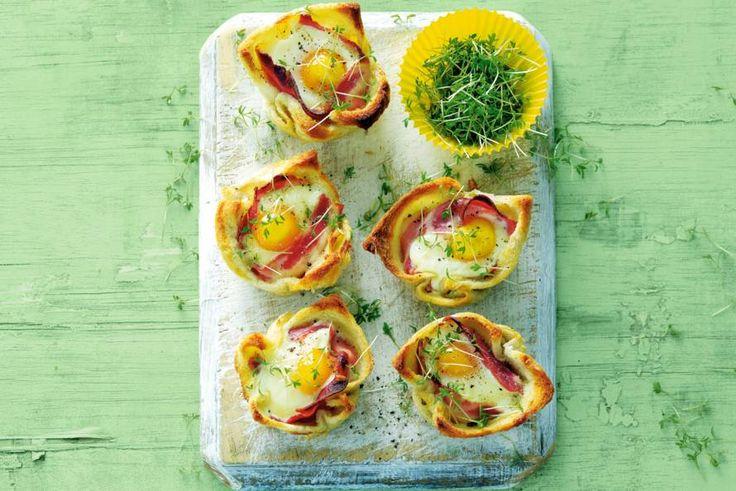 Kijk wat een lekker recept ik heb gevonden op Allerhande! Ontbijtquiches van brood, spek en ei