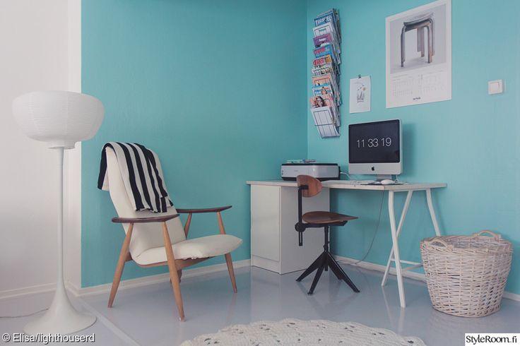 """Jännittävän väriset seinät luovat hauskan taustan työskentelylle """"Lighthouserd-Elisa"""":n työpisteellä. #styleroom #inspiroivakoti #tyohuone"""