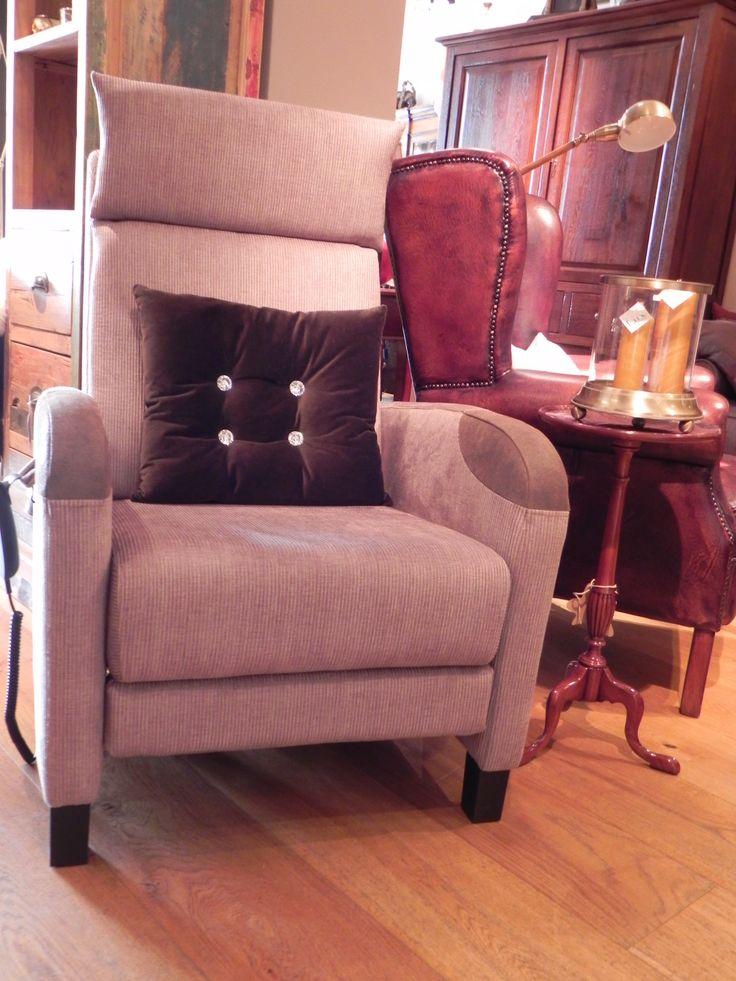 Dit model is een elektrische relax fauteuil voor een ultiem zitcomfort. Onze elektrisch verstelbare fauteuil is voorzien van een motor die traploos instelbaar is, zo zijn alle standen mogelijk. Hierbij komen het been- en rugdeel tegelijkertijd in beweging. Ook heeft u bij deze zetel alle keuzemogelijkheden van de diverse stoffen en kleuren.
