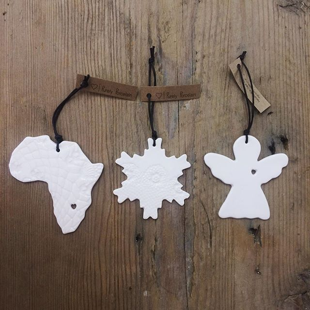 Christmas shopping?! Pop into our studio at Imhoff - we're open until 8pm this week! 🌲🌲 Or into the Watershed which is open from 9am to 7pm! #christmas #christmasshopping #latenightshopping #prezzies #porcelain #madeincapetown #gifttags #treedecorations