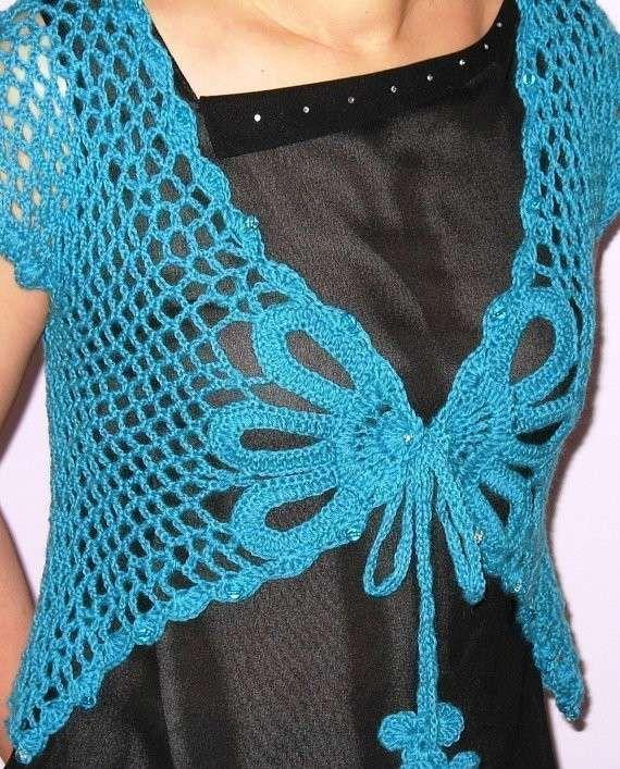 Maglietta all'uncinetto con incrocio a farfalla - Bellissimo il contrasto con la maglia nera.