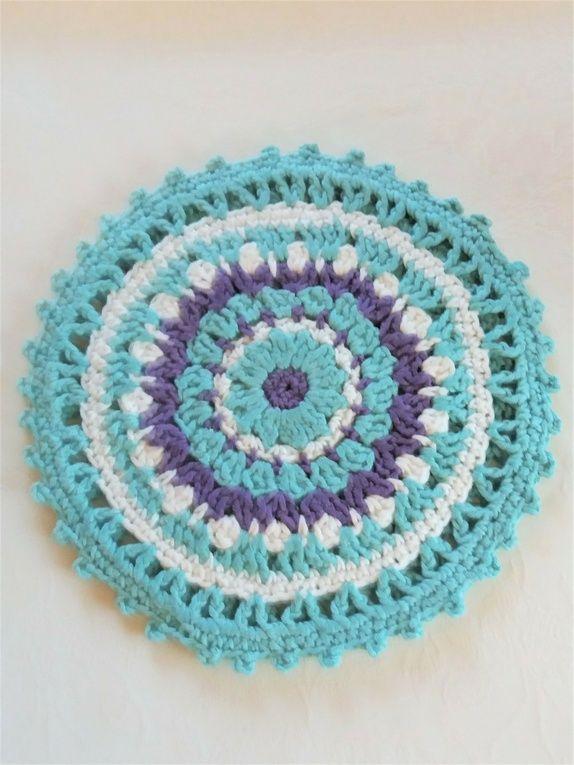 Heklet gryteunderlag, dobbelt, i lys turkis, lilla og hvit.