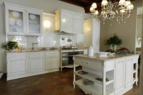 Большой светильник на кухне